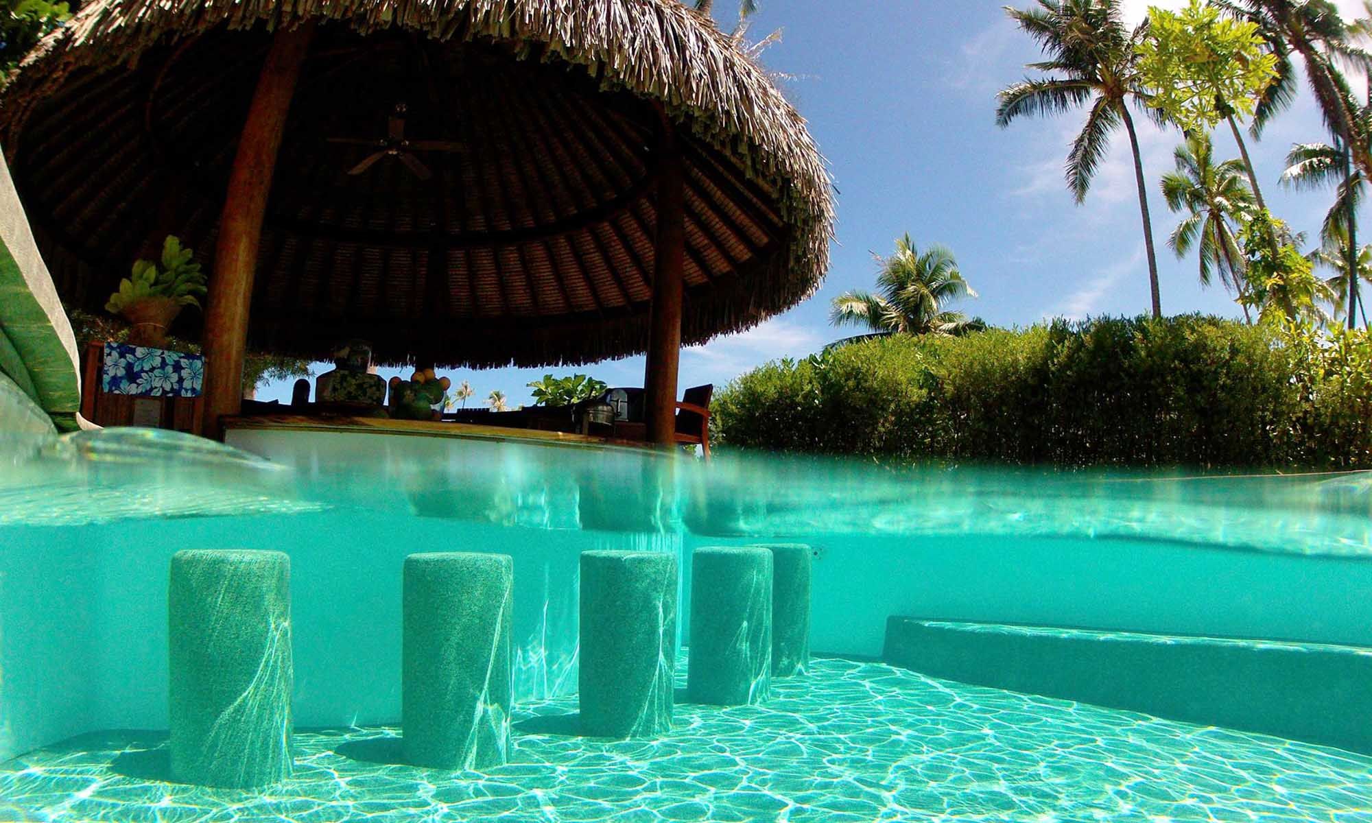 Le Taha'a Island Resort & Spa, Manuia Swim-up Bar