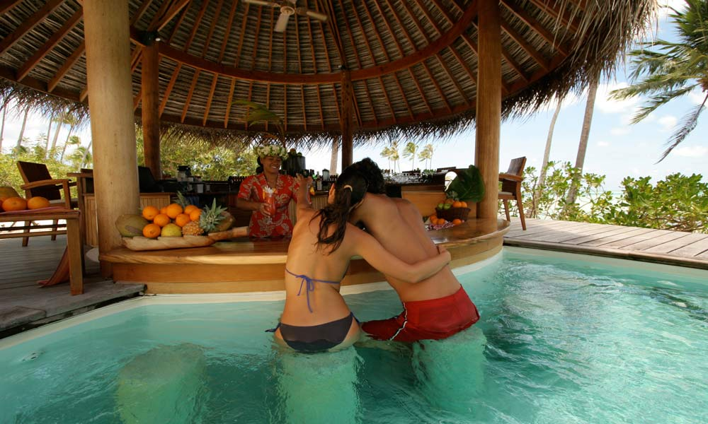 Le Taha`a Island Resort and Spa, Manuia Swim-up Bar